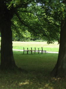 Stühle im Park 0709 (12)